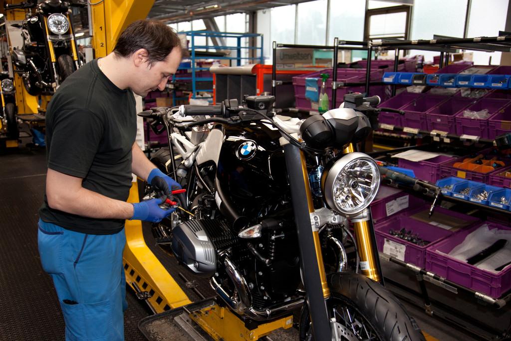Fast fertig: Die BMW R Nine T bei der Fertigung im Werk Berlin