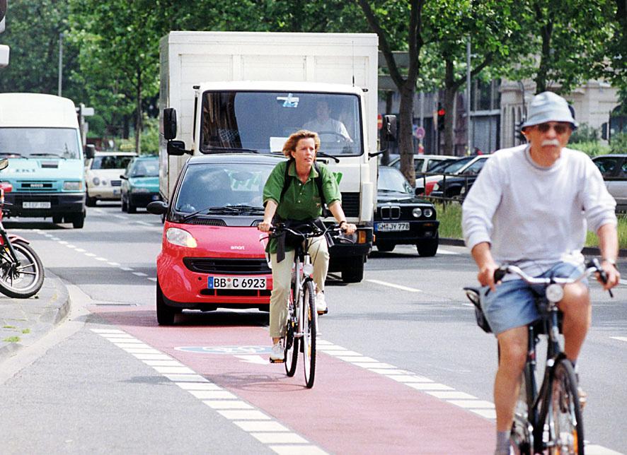 zwei Radfahrer fahren auf einem auf Radweg