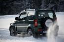 Geländewagen Suzuki Jimny mit Allradantrieb im Winter