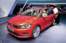 Auf einer 2013er Messe wird der VW Golf Sportsvan präsentiert