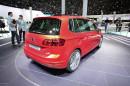 VW Golf Sportsvan in rot bei der Vorstellung auf einer Automesse