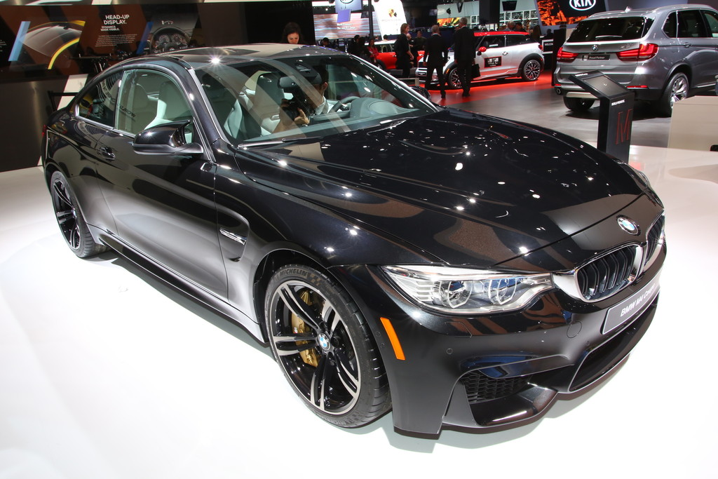 2014er BMW M4 Coupé in schwarz auf der Detroiter Autoshow 2014