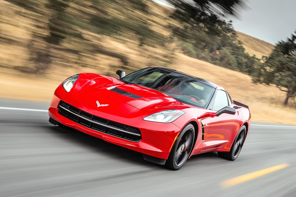 Chevrolet Corvette Stingray coupe in rot in der Frontansicht