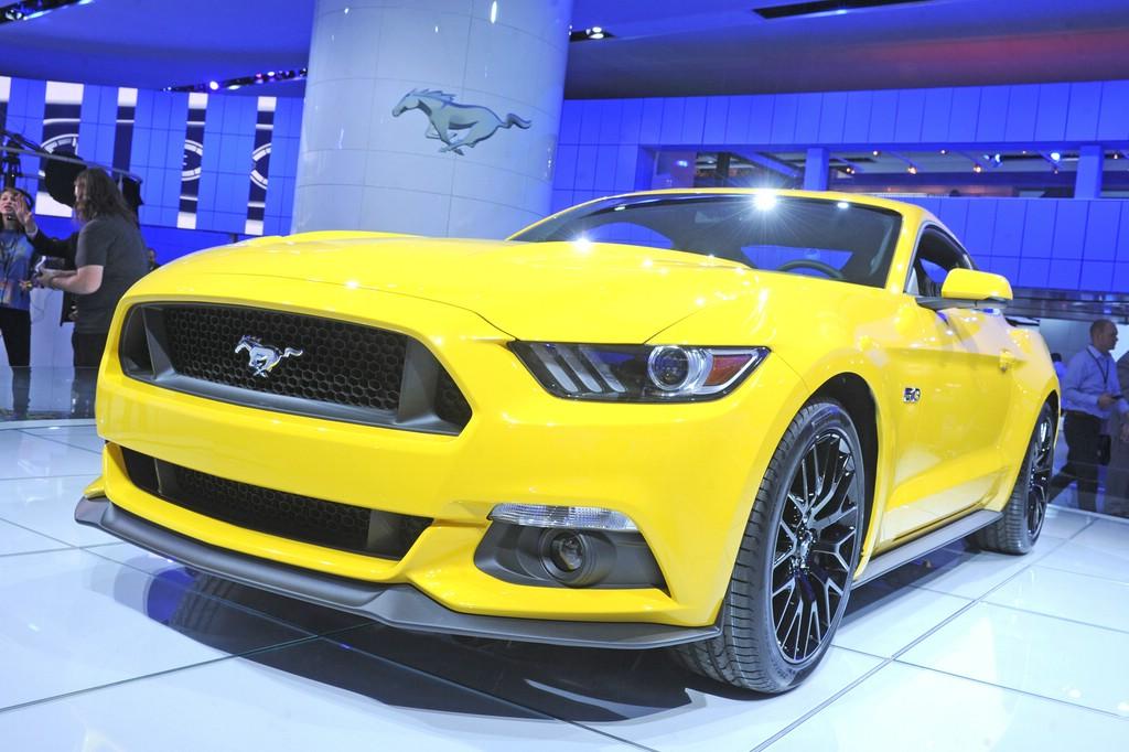 Gelber Ford Mustang auf Detroit Motor Show 2014