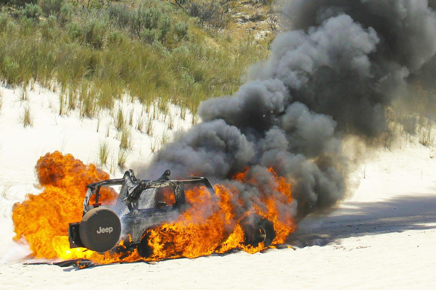 Ein Jeep brennt vollständig ab