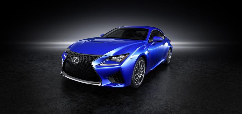 Blauer Lexus RC F in der Frontansicht