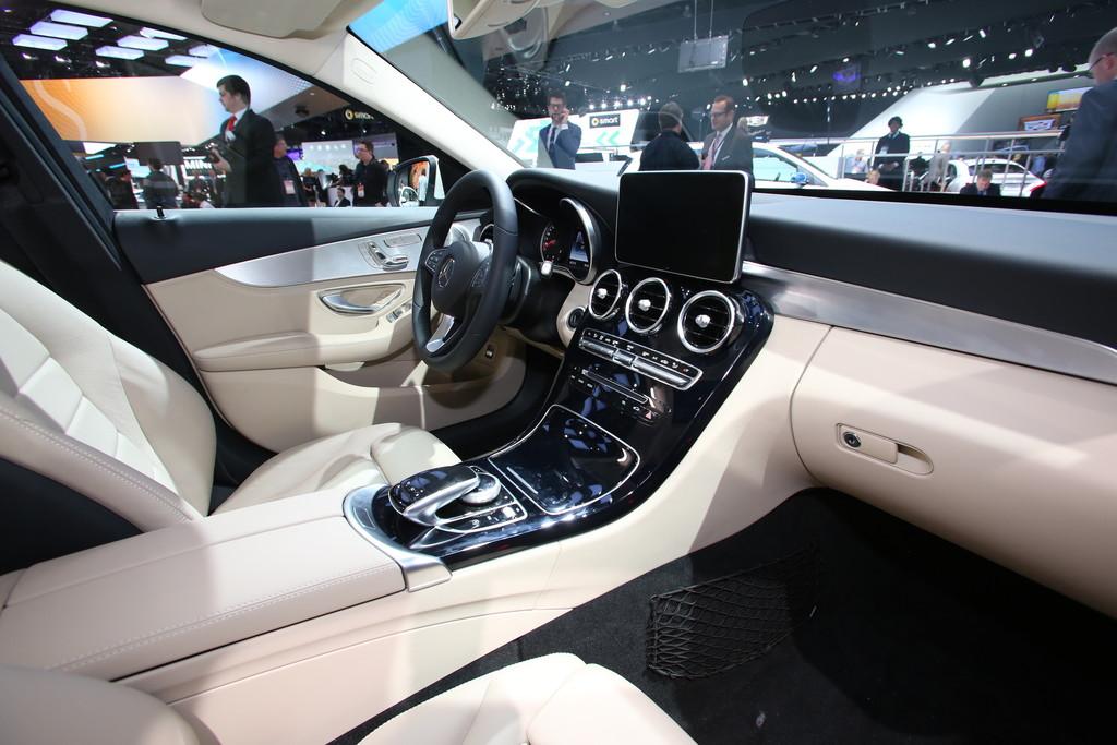 Armaturenbrett mercedes  Galerie: Mercedes-Benz C-Klasse W205 Armaturenbrett | Bilder und Fotos