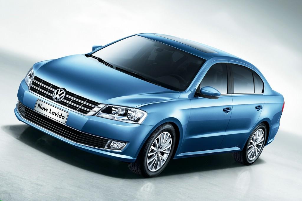 Die Stufenhecklimousine Volkswagen New Lavida in blau