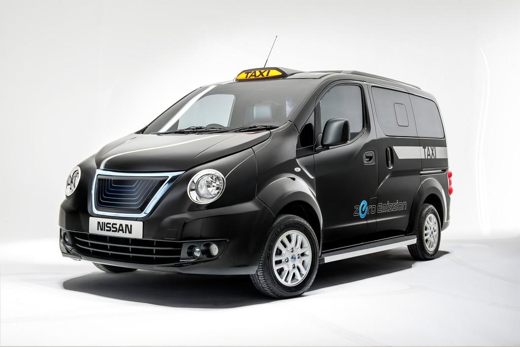 Nissan E-NV200 London Cab in schwarz in der Front und Seitenansicht