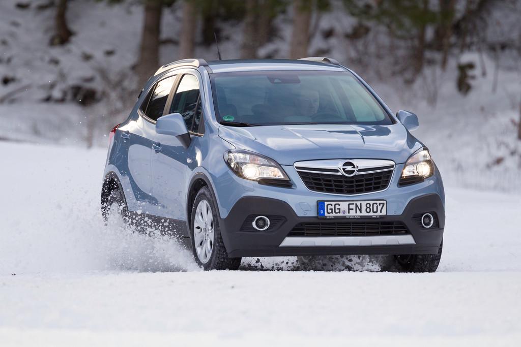Der Opel SUV Mokka auf Schnee