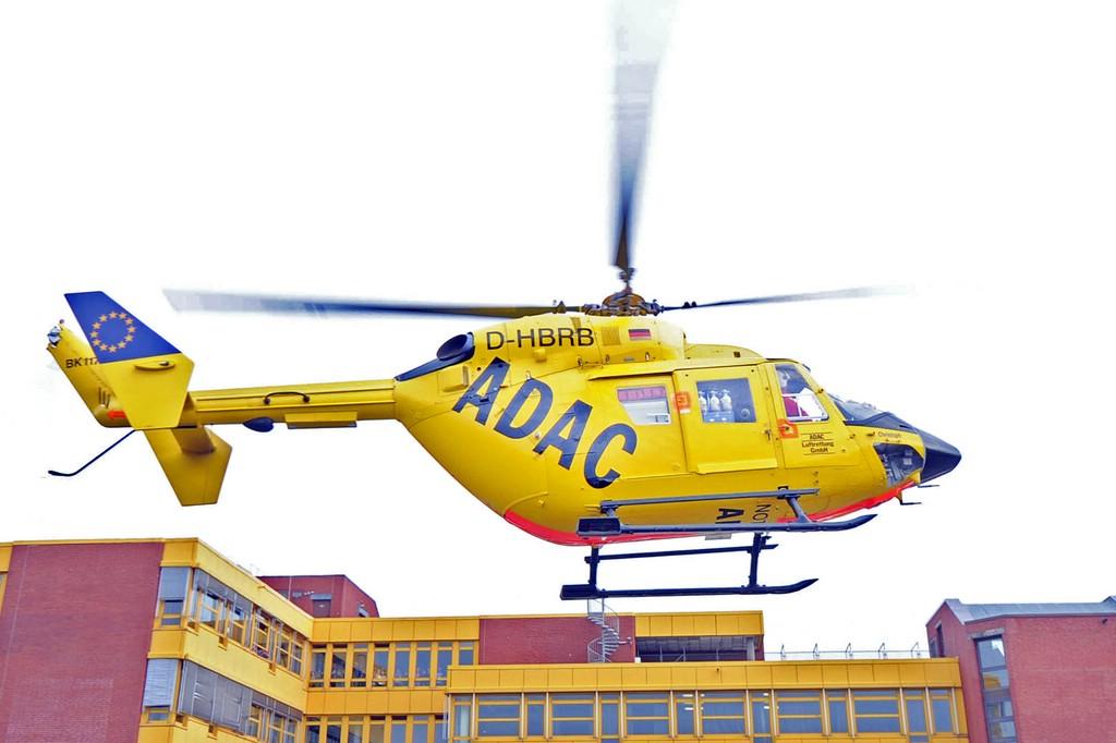 Der Rettungshubschrauber von ADAC in der Luft