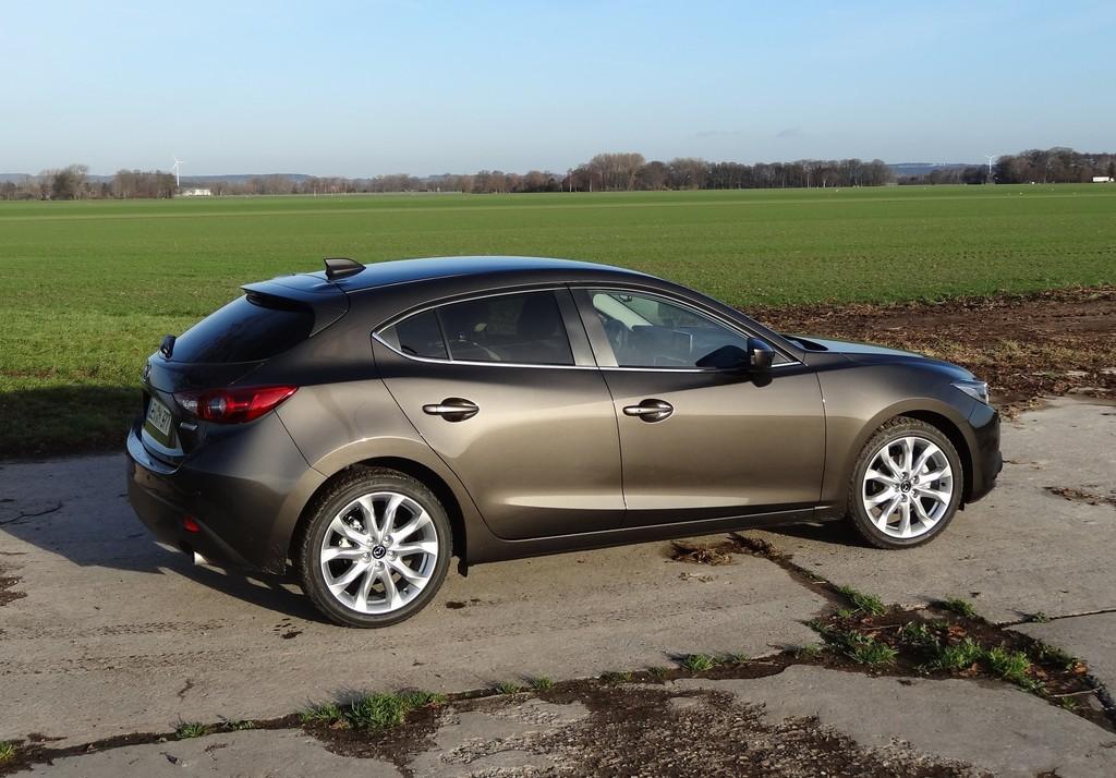 Seitenaufnahme vom 2014er Mazda3 Skyactiv-G 120 Sports-Line