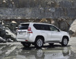 weißer Toyota Land Cruiser Facelift 2014 in der Seiten- Heckansicht