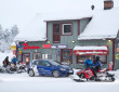 Blauer Volkswagen Golf R in Schweden im Winter