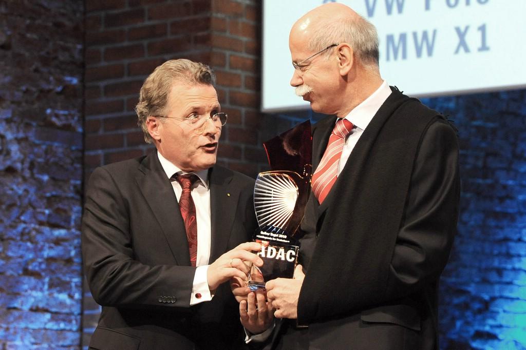 Dieter Zetsche bekommt Gelber Engel 2010 für die E-Klasse