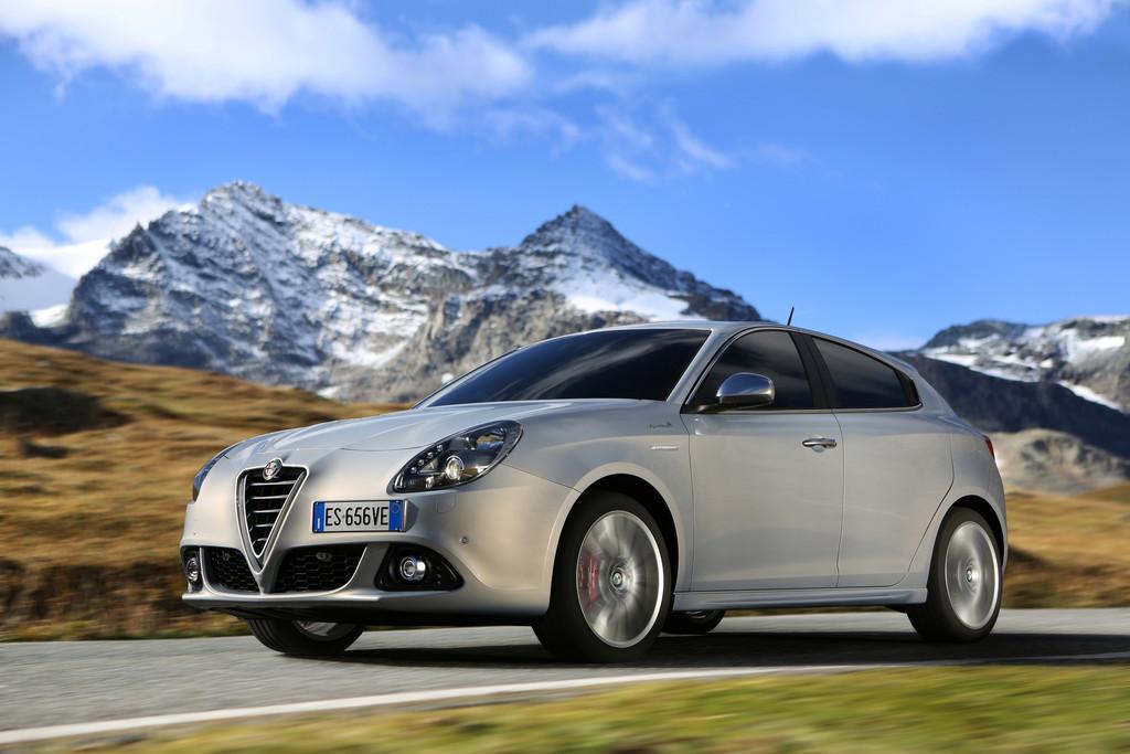 Außenaufnahme vom silbernen Alfa Romeo Giulietta Business