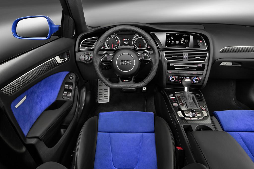 Bild vom Innenraum des Audi RS4 Avant Nogaro Selection mit schwarz/blauen Sitzen