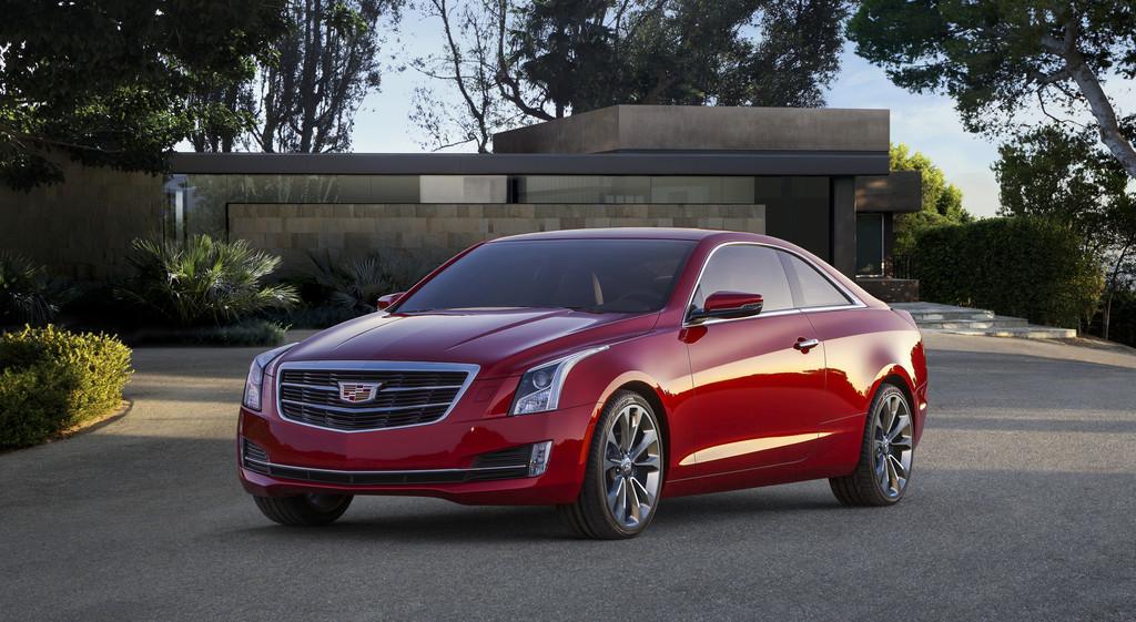 Standaufnahme vom roten Cadillac ATS Coupé