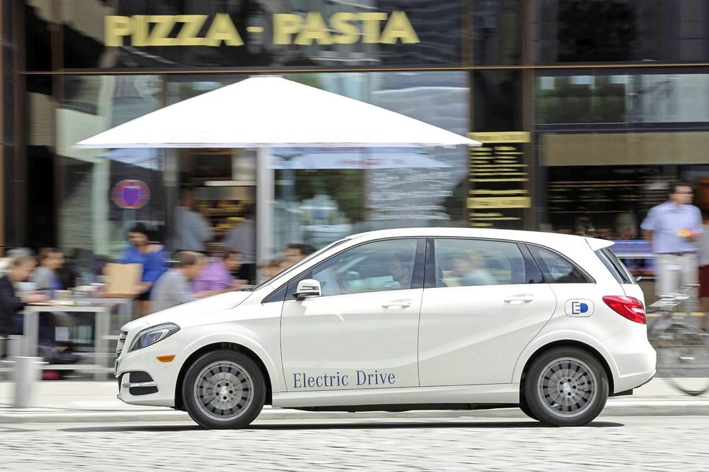 Elektrofahrzeug Mercedes B-Klasse Electric Drive in der Seitenansicht