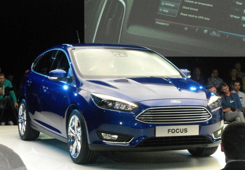 Blauer Ford Focus Facelift Modell als Fünftürer