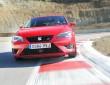 Fahraufnahme vom neuen Seat Leon Cupra in rot in der Frontansicht