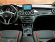 Die Sitze, Mittelkonsole und Lenkrad des Mercedes-Benz GLA 45 AMG