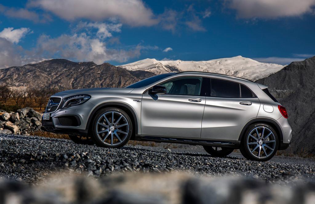 silberner Mercedes-Benz GLA 45 AMG in der Seitenansicht