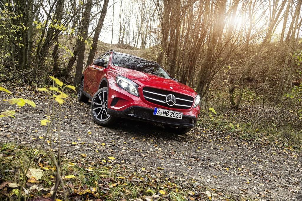 Kompakt-SUV Mercedes-Benz GLA in rot in der Frontansicht