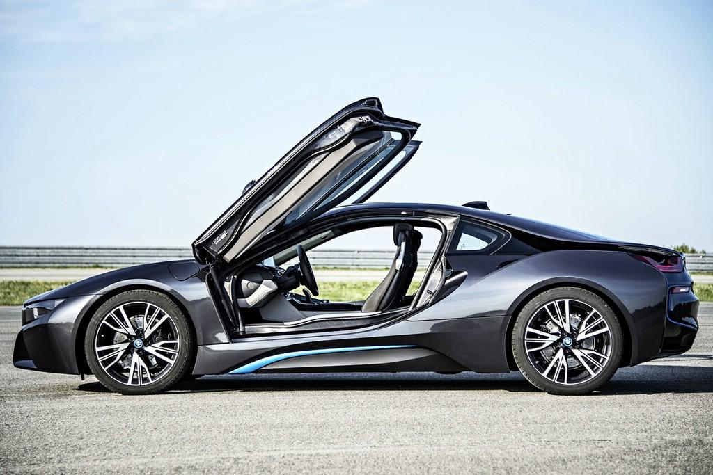 Der neue Hybrid-Sportwagen BMW i8 in der Seitenansicht