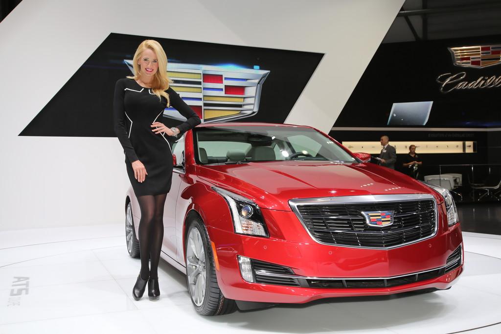 Cadillac ATS Coupé auf einer Automesse mit Hostess