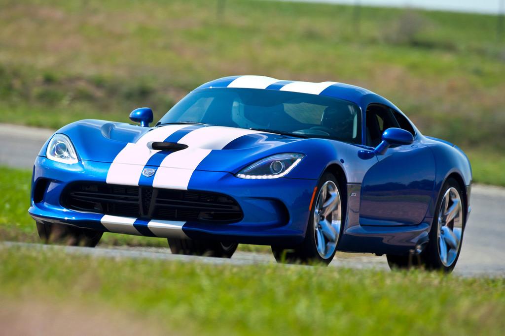 Blaue Chrysler Viper mit weißen Streifen
