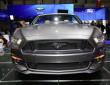 Der Kühlergrill eines schwarzen Ford Mustang