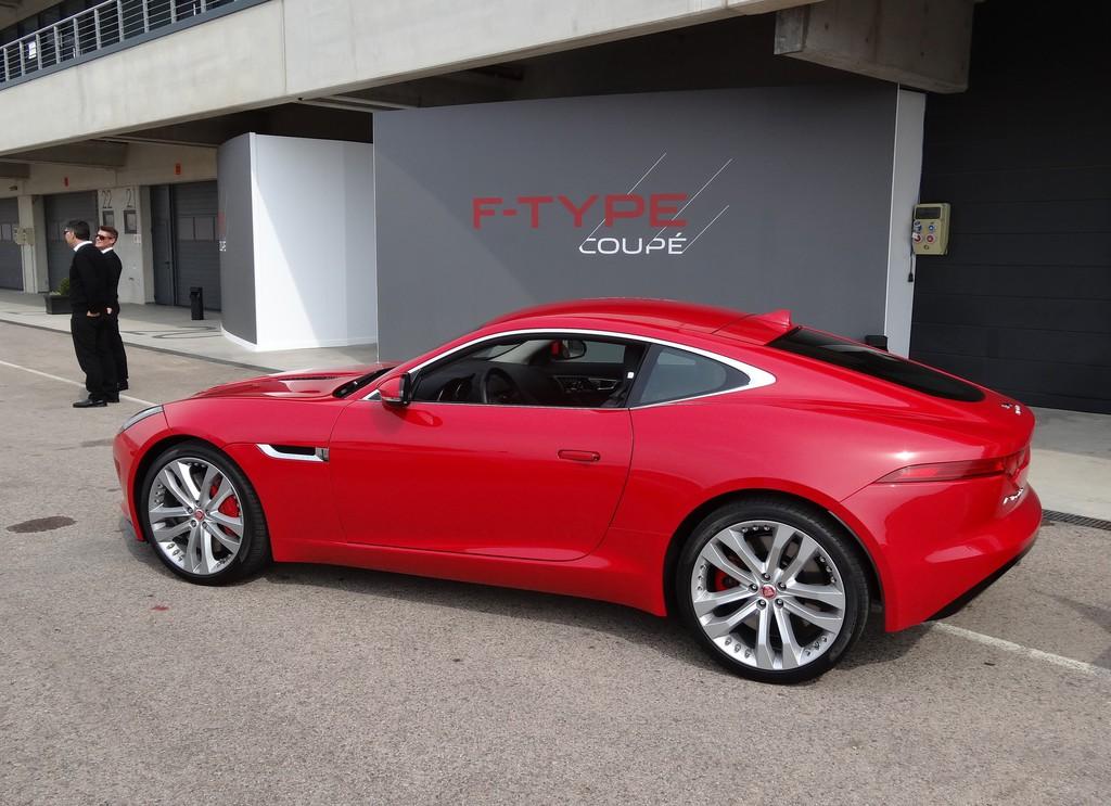 Standaufnahme von einem roten Jaguar F-Type R Coupé