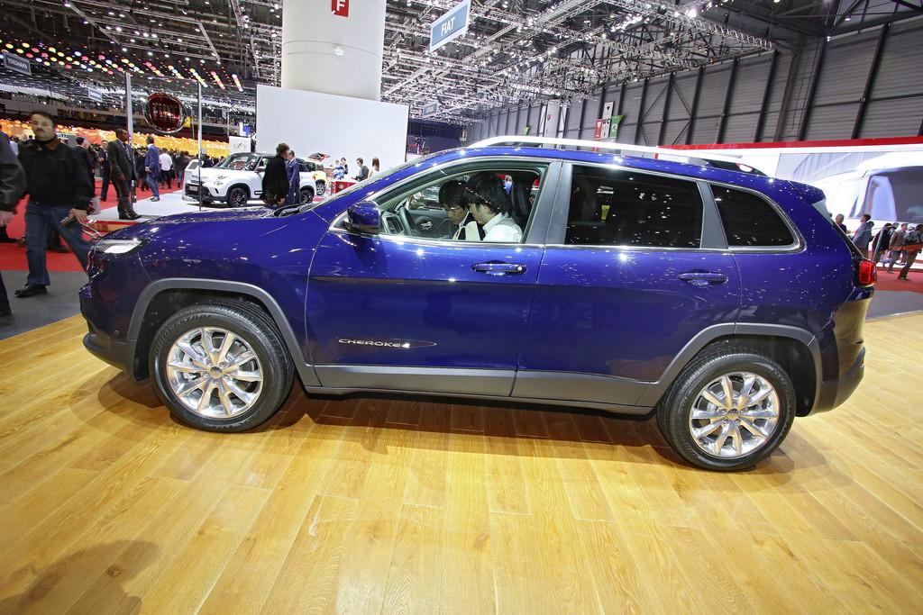 2014 Jeep Cherokee in blau auf einer Automesse