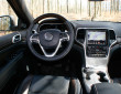 Das Cockpit des Jeep Grand Cherokee Overland mit TFT-Display