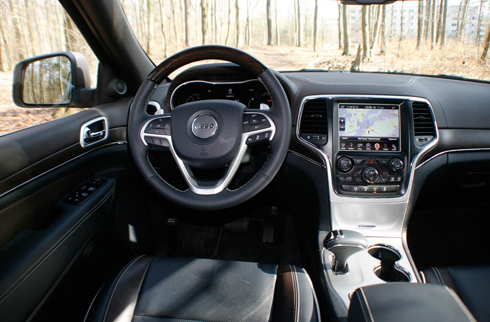 Das Cockpit des Jeep Grand Cherokee Overland mit TFT-Display