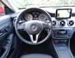 Das Multifunktions-Lederlenkrad mit dem Wählhebel für die Automatik im neuen CLA von Mercedes