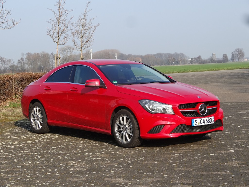 Mercedes-Benz CLA 200 Urban in rot mit Automatikgetriebe