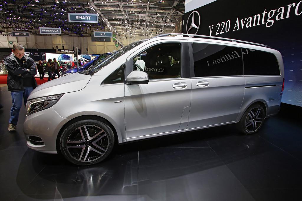 Silberne Mercedes-Benz V-Klasse in der Seitenansicht - Genf 2014