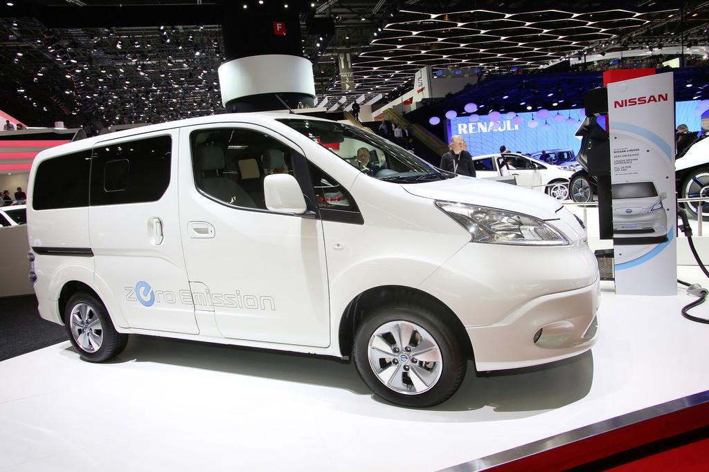 Pkw-Variante des Nissan e-NV200 auf einer Automesse