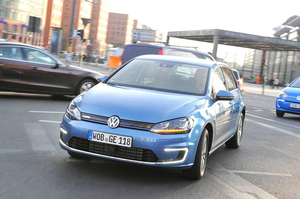 Blauer VW E-Golf bei den Tests, Fahraufnahme, Frontansicht