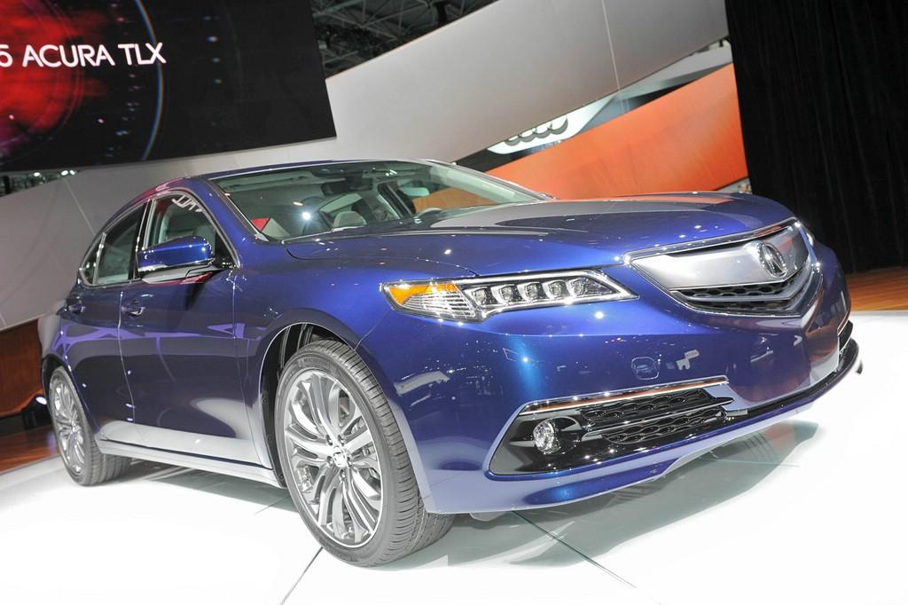 Acura TLX 2014 in Dunkelblau auf der New York Autoshow 2014