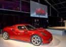 Roter Alfa Romeo 4C auf einer Automesse