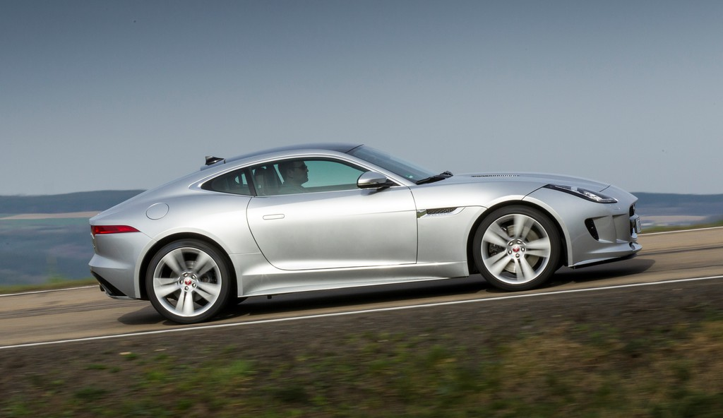 Silbernes Jaguar F-Type Coupé in der Seitenansicht