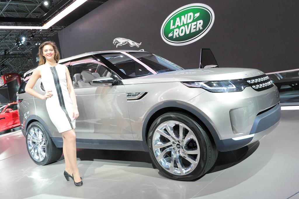 Messegirl präsentiert Konzeptfahrzeug Land Rover Discovery Vision Concept