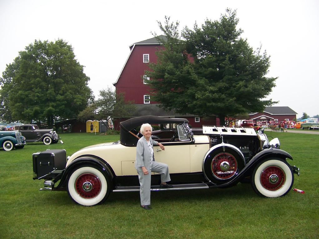Margret Dunning neben einem historischen Ford Auto