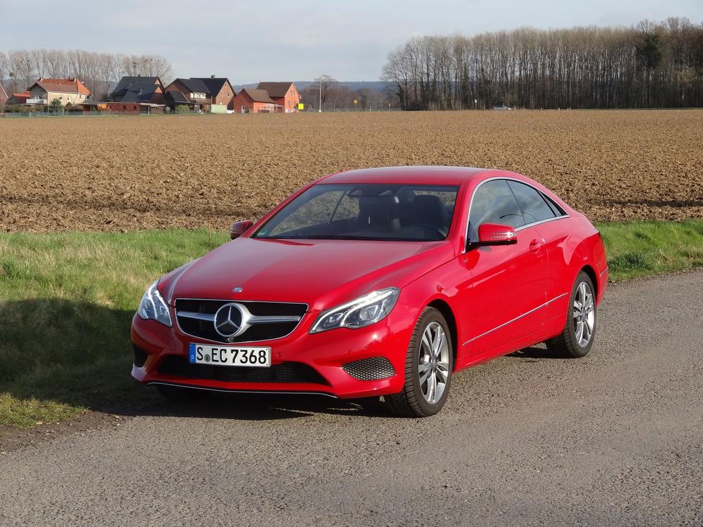 Rotes Mercedes-Benz E 220 CDI Coupé von 2014
