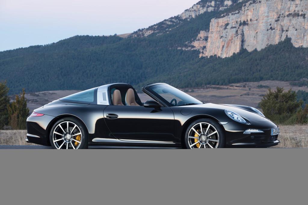 2014er Porsche 911 Targa in Dunkelblau in der Seitenansicht