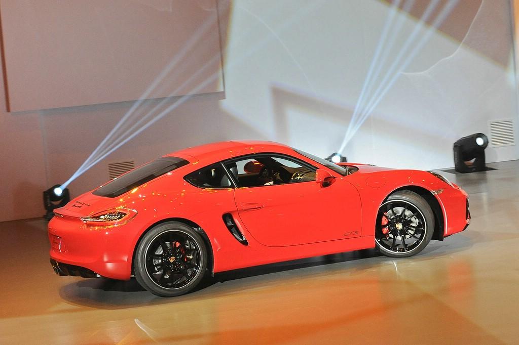 Porsche Cayman GTS in rot auf der Automobilmesse Peking