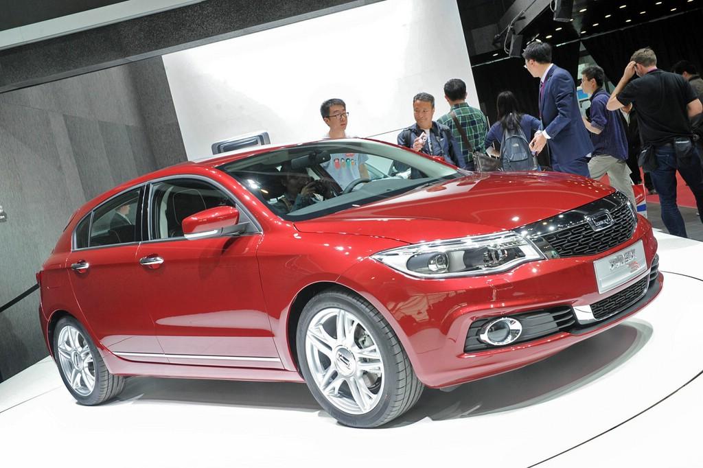 Qoros 3 Schräghecklimousine in Dunkelrot auf der Auto China